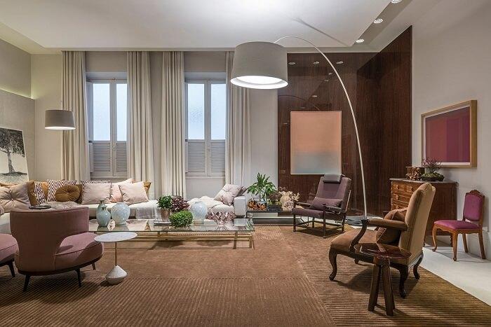 Luminária de piso branca decora a sala em tons neutros