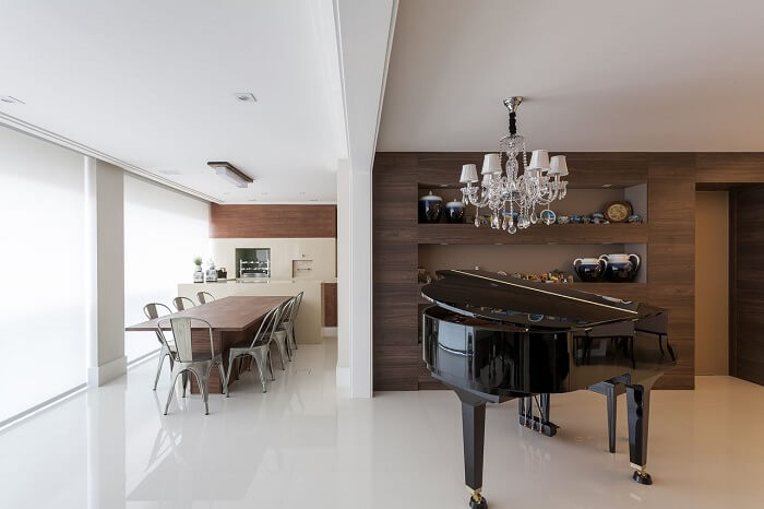 Sala com Lustre e piano integrada à varanda