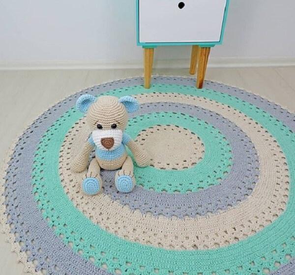 Invista em um tapete de crochê redondo com tons claros para quarto de bebê