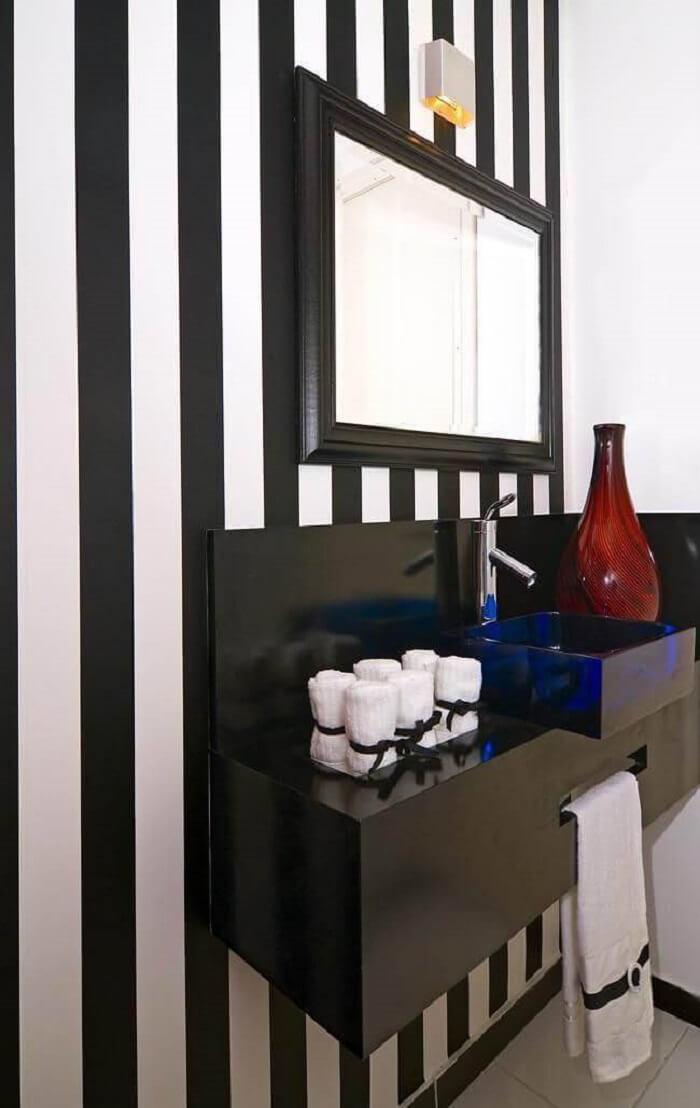 Invista em uma moldura para espelho preta em decorações clássicas