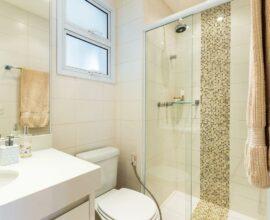 Janela para banheiro com acabamento branco. Fonte: BY Arq&Design