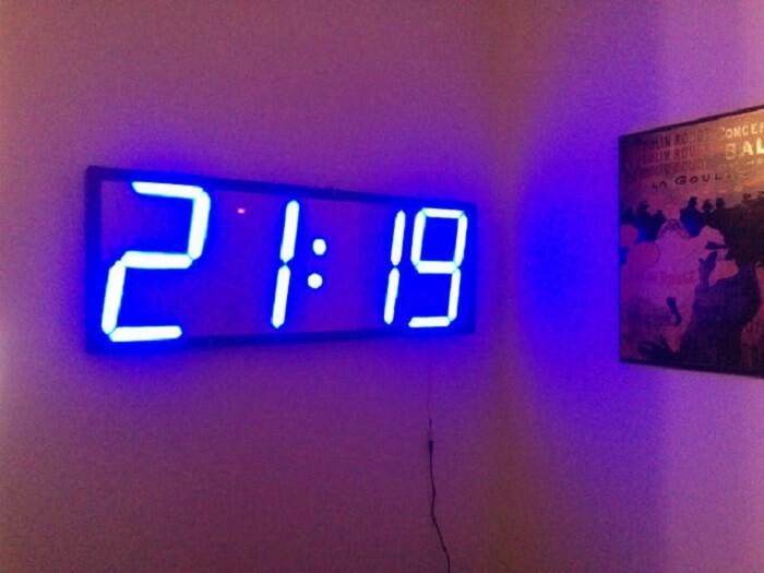 Relógio de parede digital com lâmpada LED