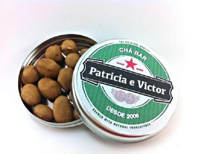 Lata metálica personalizada com amendoim para lembrancinha da festa Chá Bar