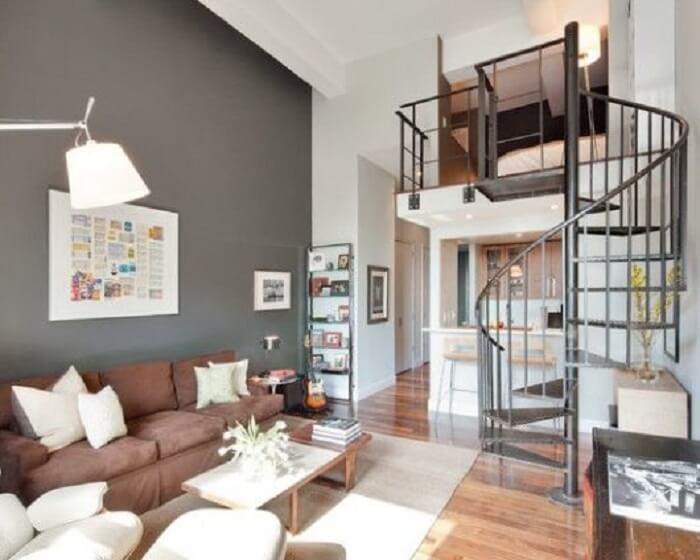 Sala com escada em caracol metálico