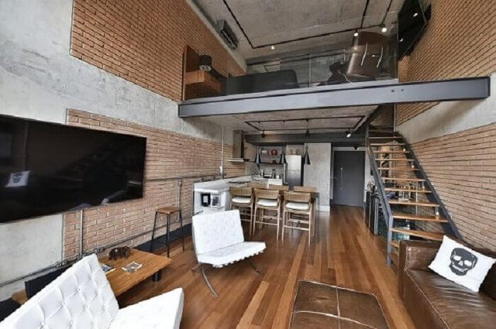 Loft com sala com escada e cozinha americana