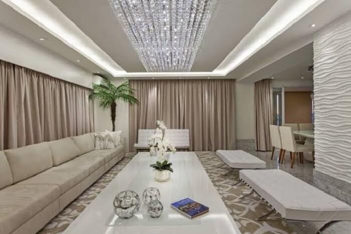 Lustre de cristais fixado no centro da sala de estar