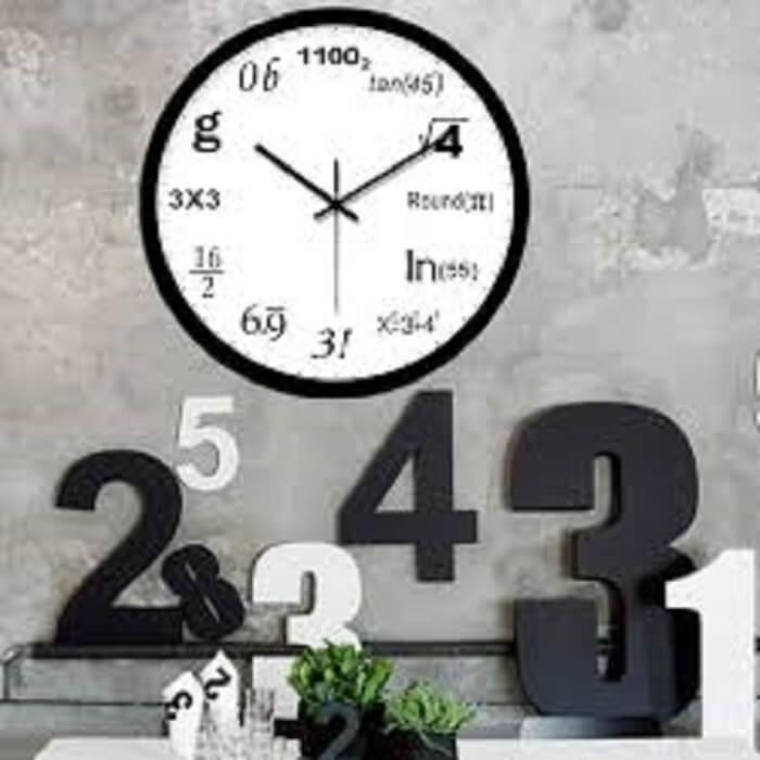 Matemáticos de plantão irão amar este modelo de relógio de parede