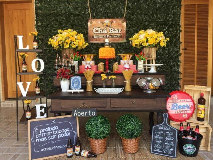 Mesa temática de Chá Bar com painel feito com plantas artificiais