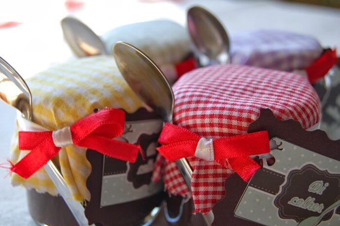 Mini compota de doce utilizada como lembrancinha para festa chá bar
