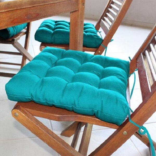 Modelo de almofada para cadeira em tom azul turquesa