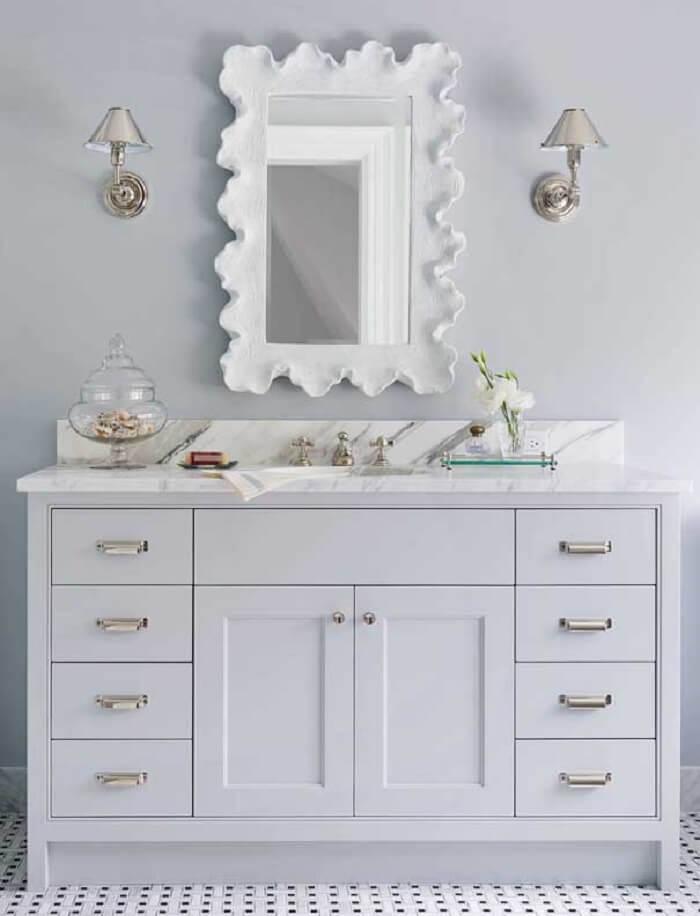 Moldura de gesso para espelho de banheiro feita com formas orgânicas