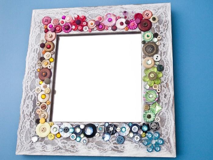 Moldura para espelho feita com botões coloridos