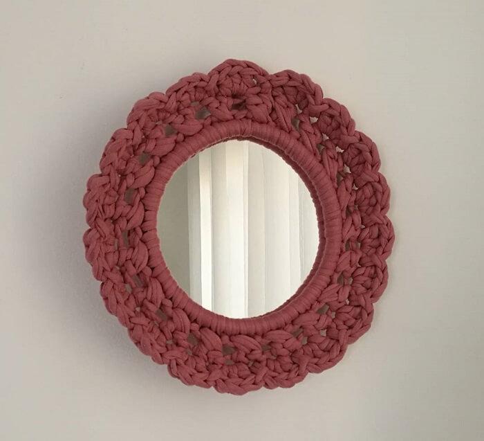 Moldura para espelho feito em crochê transmite delicado ao ambiente