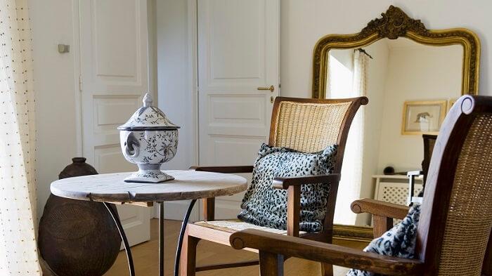 Moldura para espelho barroco encanta a decoração da sala de estar