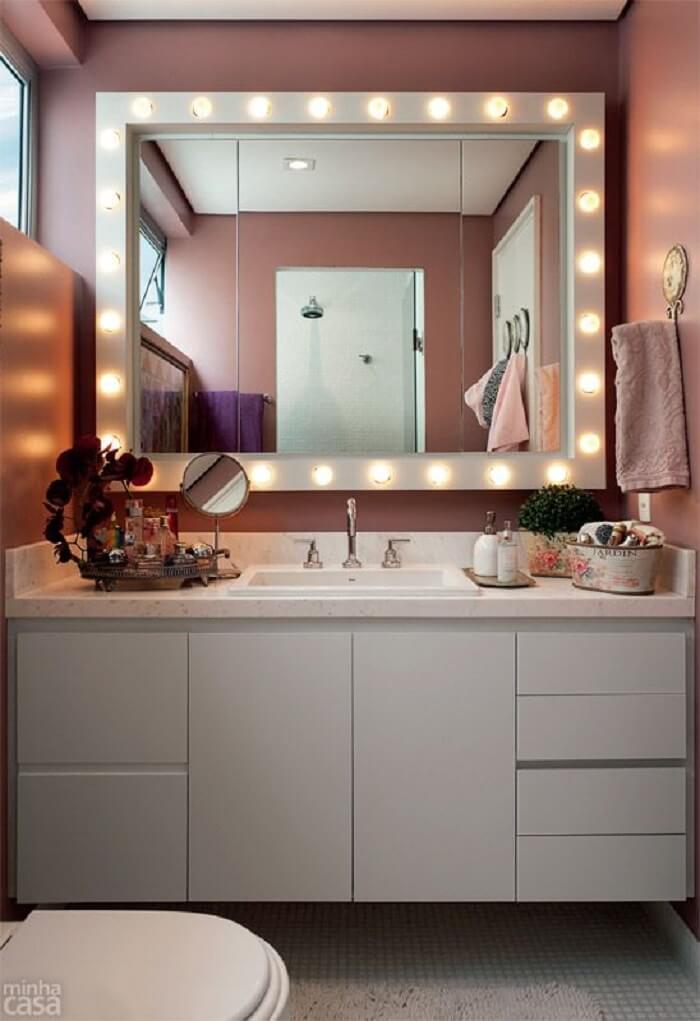 Moldura para espelho camarim ilumina o ambiente