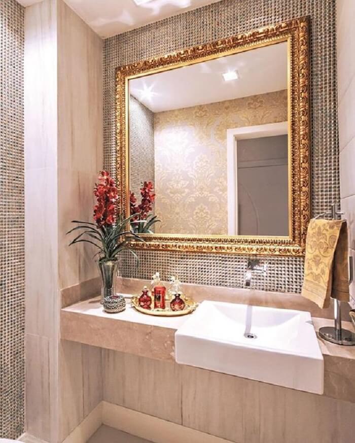 Moldura para espelho de banheiro com acabamento delicado
