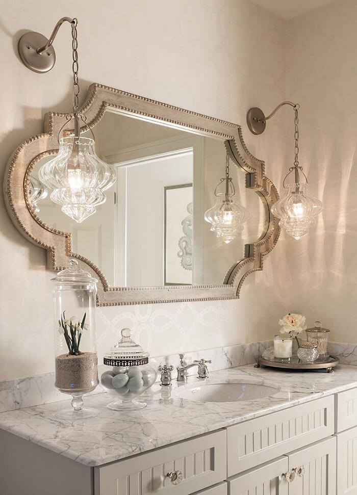 Moldura para espelho de banheiro com design delicado