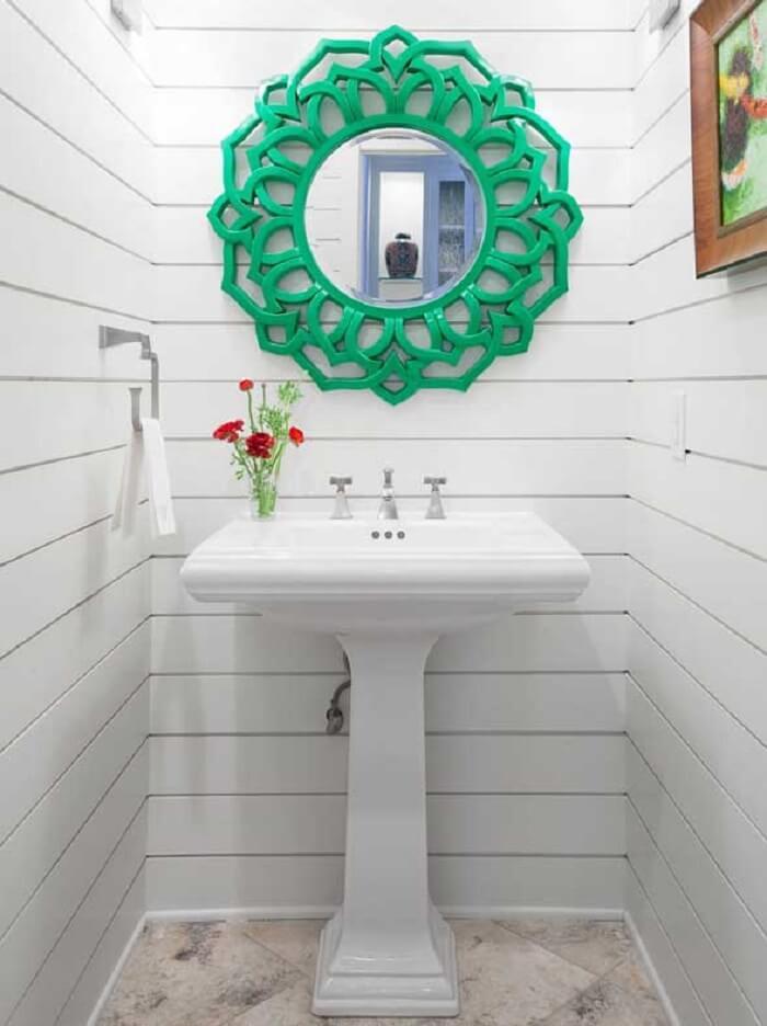 Moldura para espelho de banheiro em tom verde