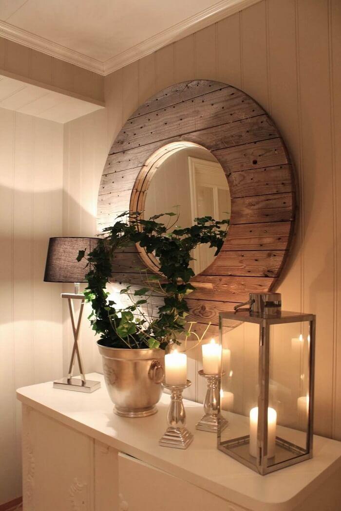 Moldura para espelho de MDF completa a decoração rústica do ambiente