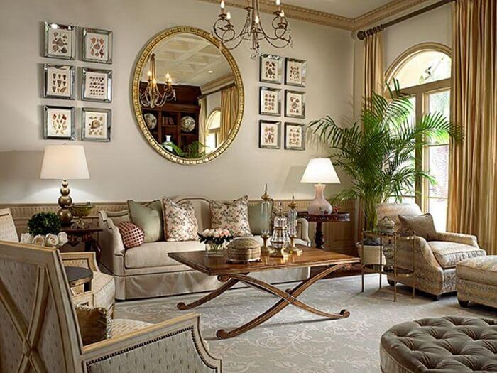 Moldura para espelho dourada decora a sala de estar