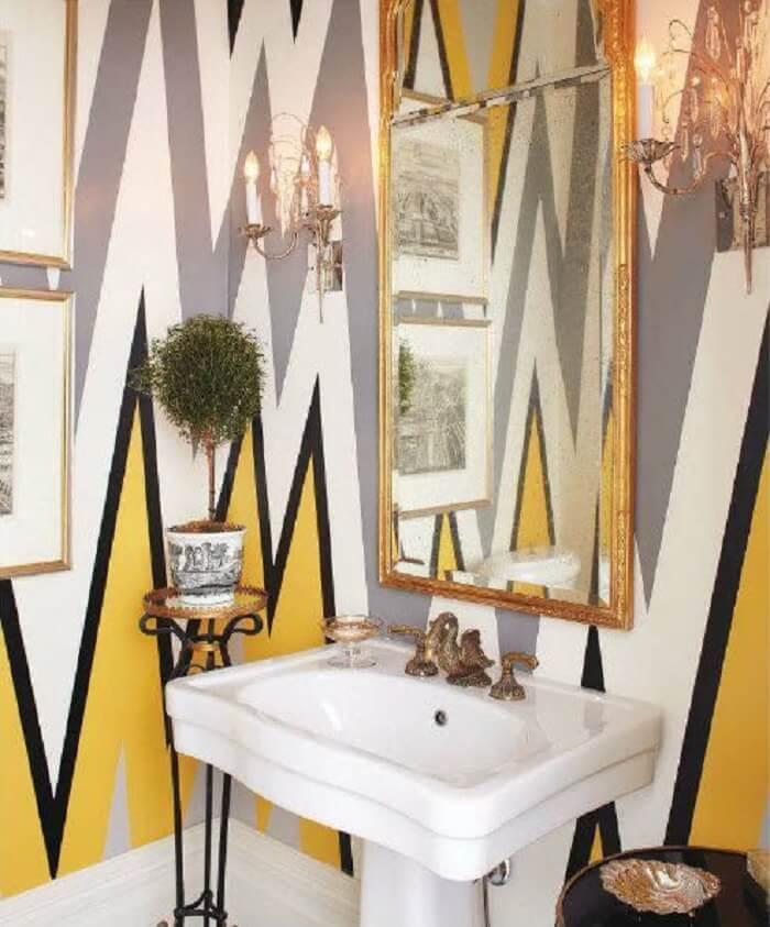 Moldura para espelho dourada traz sofisticação para o banheiro