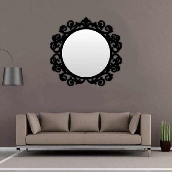 Moldura para espelho em MDF preto chama a atenção na sala de estar