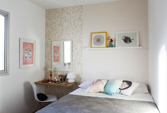 Moldura para espelho em tom branco complementa a decoração do quarto de casal