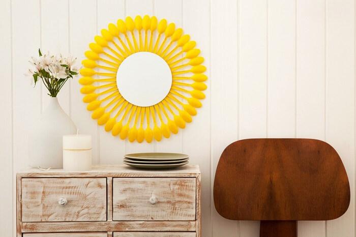 Moldura para espelho feita com colheres de plástico