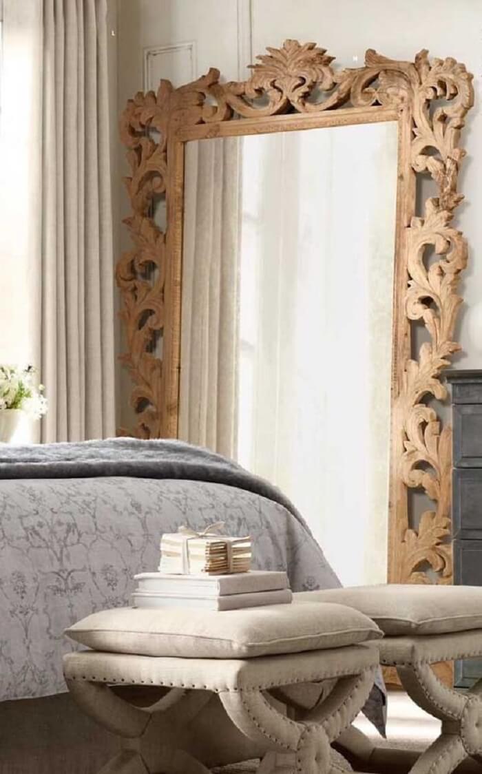 Moldura para espelho feita com madeira talhada a mão