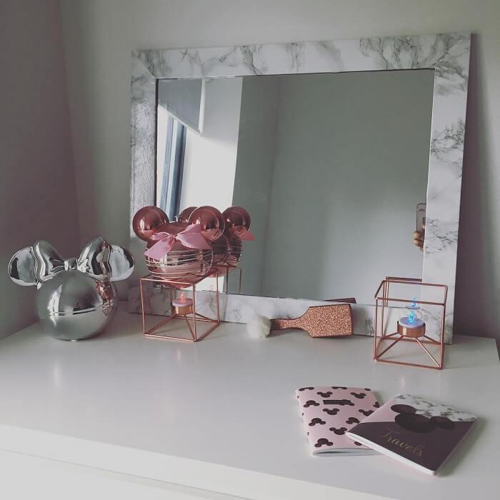 Moldura para espelho feito com papel que imita mármore