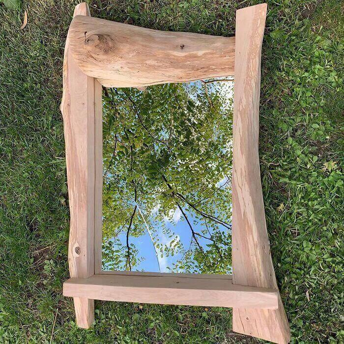 Moldura para espelho feito em madeira segue formato orgânico