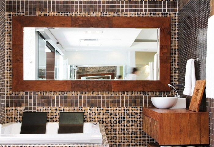 Moldura para espelho feito em madeira segue o mesmo material da bancada