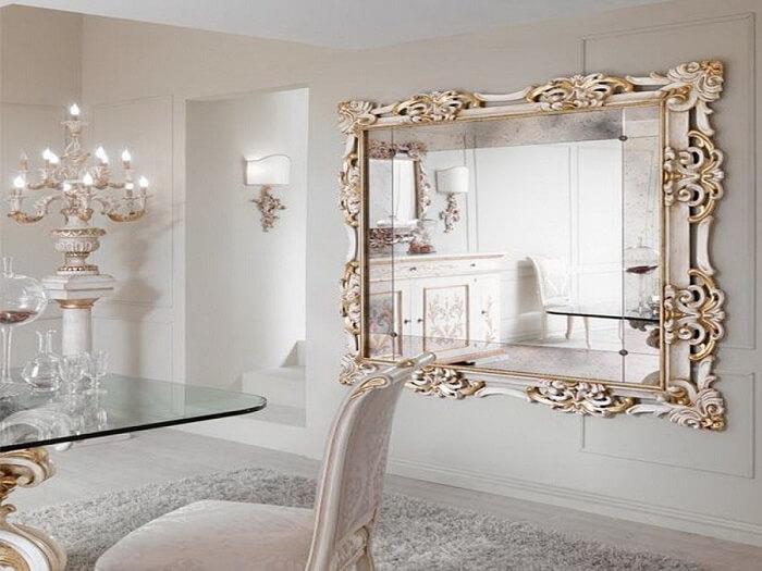 Moldura para espelho grande veneziano transmite sofisticação para a sala de jantar