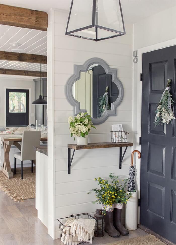 Moldura para espelho na cor cinza encanta a entrada de casa