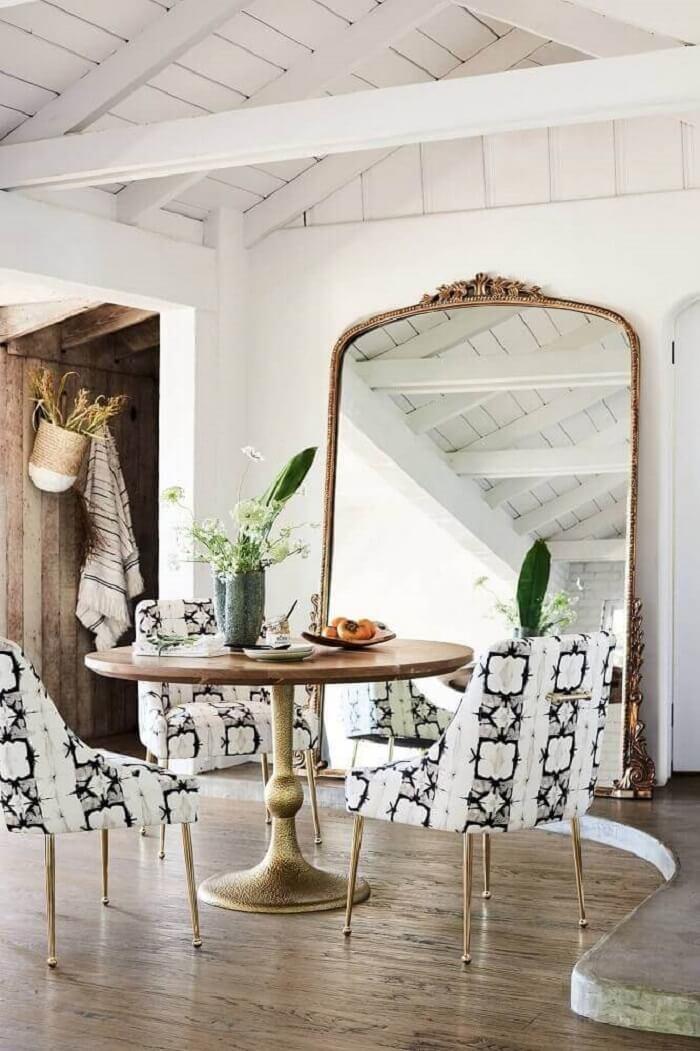 Moldura para espelho segue estilo provençal