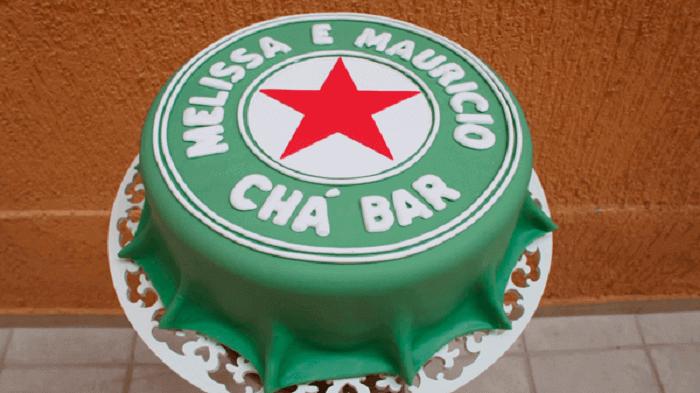 O bolo de Chá Bar segue o formato de uma tampa de cerveja