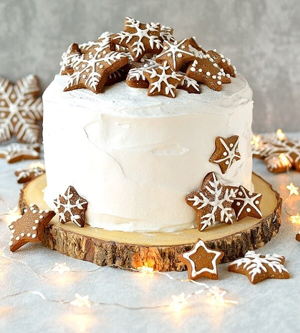 The white Christmas cake highlights the presence of star-shaped biscuits