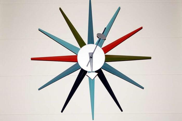 O colorido do relógio de parede destaca ainda mais a peça no ambiente