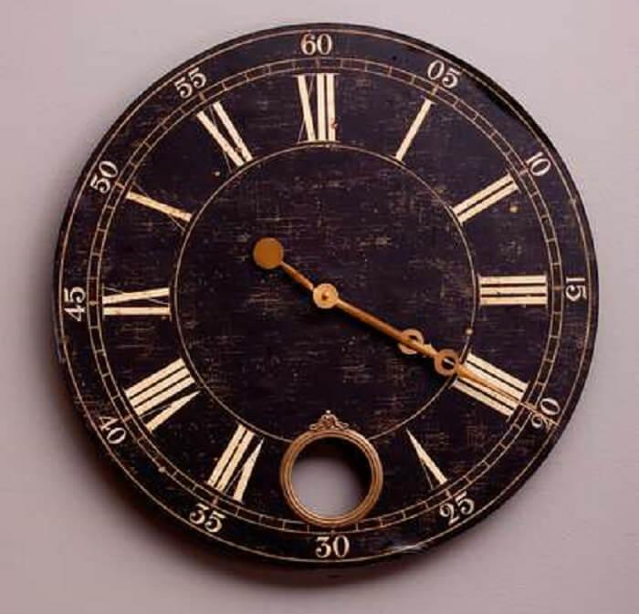 O modelo deste relógio de parede segue o estilo retrô