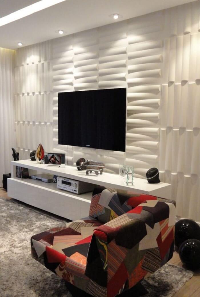 O painel da tv recebeu um revestimento sofisticado
