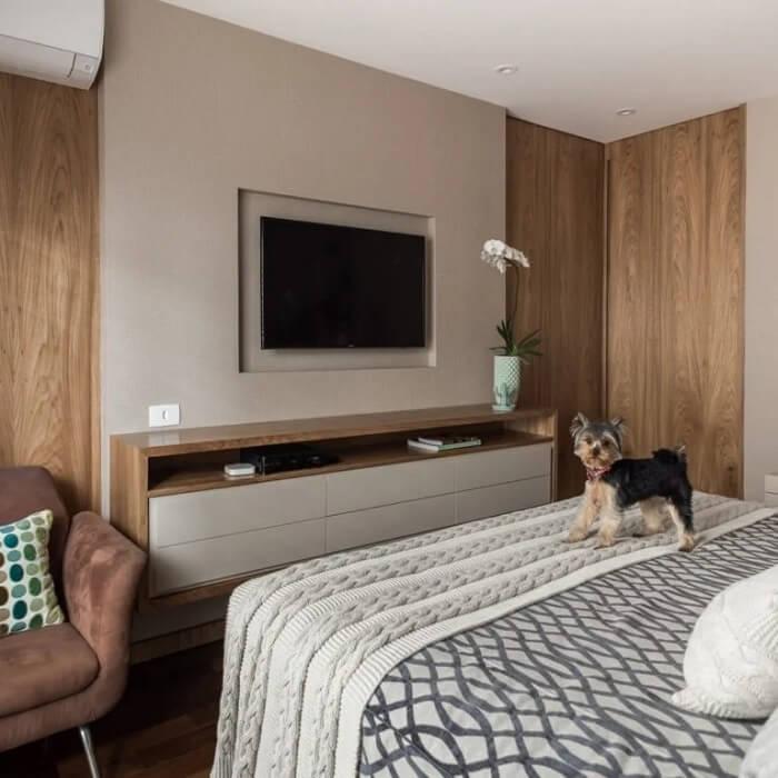 O rack suspenso é uma ótima opção para quem busca uma decoração mais funcional na sala e quarto. Fonte: Fernanda Dabbur
