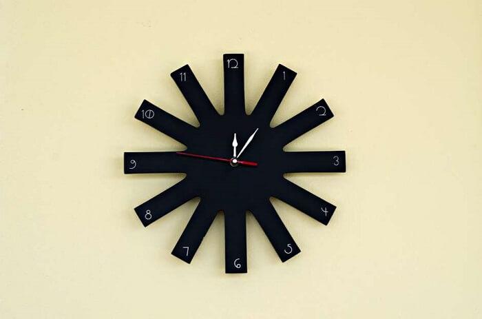 O relógio de parede remete a asteriscos e estrelas