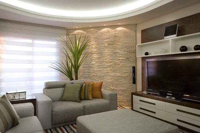 O revestimento da parede da sala de estar foi feito com filete de pedra São Tomé