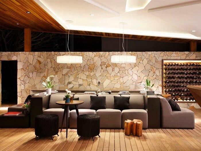 O revestimento desta sala de estar foi feito com Pedra São Tomé