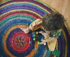 O tapete de crochê agrada até os pequeninos da casa