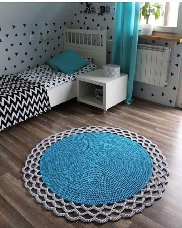 O tapete de crochê redondo se harmoniza perfeitamente coma decoração do quarto
