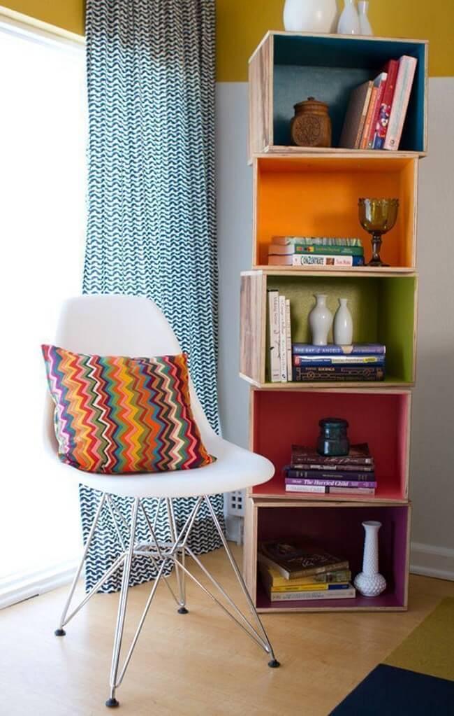 Organize os livros do ambiente dentro dos caixotes de madeira