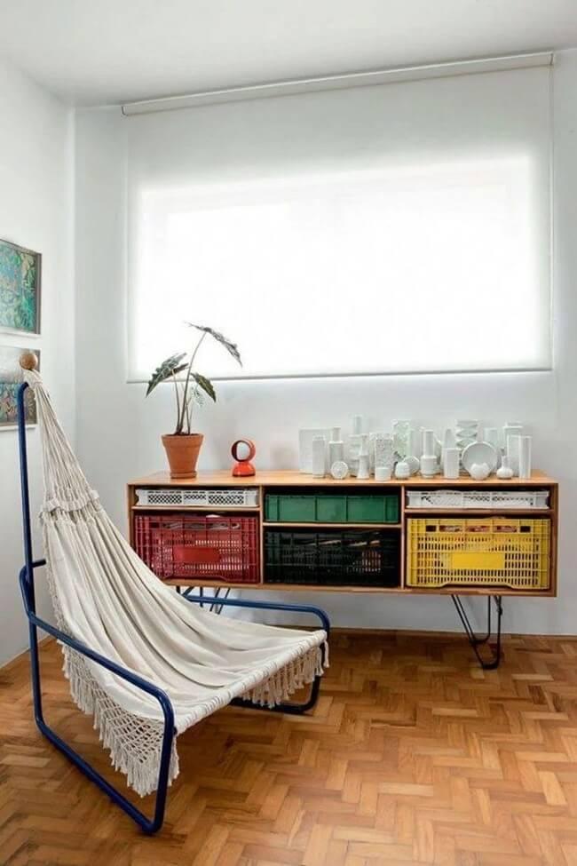 Os caixotes de madeira se transformaram em um lindo aparador para sala de estar