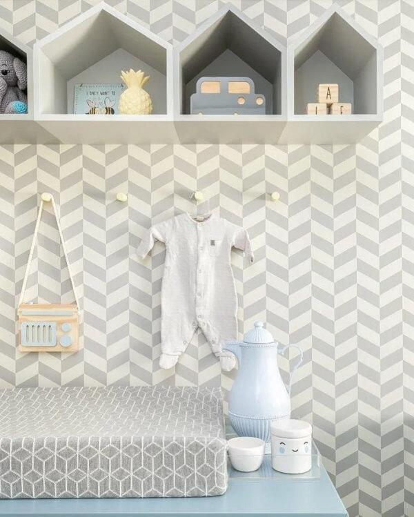 Os nichos de madeira em formato de casinhas são lúdicos para o quarto de bebê