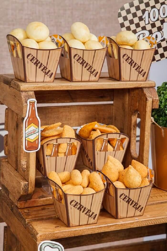 Os salgadinhos da festa Chá Bar podem ser distribuídos em embalagens criativas
